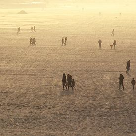 Zonsondergang op het strand. van Bob Bleeker