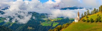 Panoramablick auf die Kirche St. Barbara in Tolpei, Alta Badia, Dolomiten, Südtirol, Norditalien