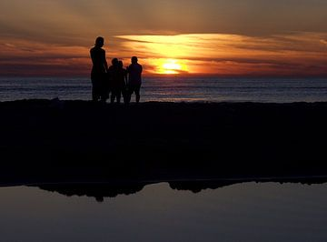 Strand bij ondergaande zon. van Bob Bleeker