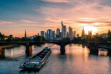 Schip op de Main bij zonsondergang in Frankfurt van Christian Klös