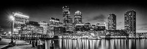 BOSTON Fan Pier Park & Skyline am Abend | Panorama Monochrom