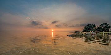 Zonsondergang bij het kleinste haventje van Friesland, Laaxum in Gaasterland sur Harrie Muis