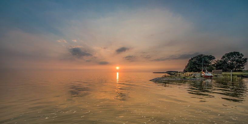 Zonsondergang bij het kleinste haventje van Friesland, Laaxum in Gaasterland van Harrie Muis