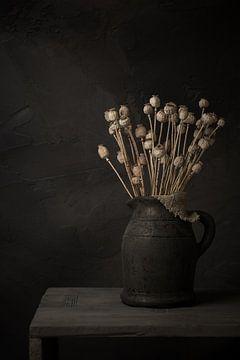 Stilleven met takken gedroogde papavers  in grijze stenen kruik van Mayra Pama-Luiten