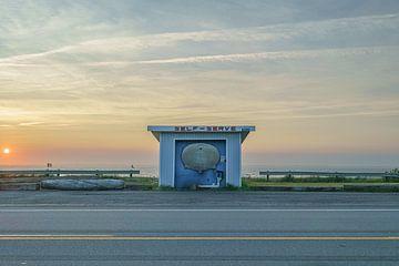 Sonnenuntergang am Straßenrand von Robert de Boer