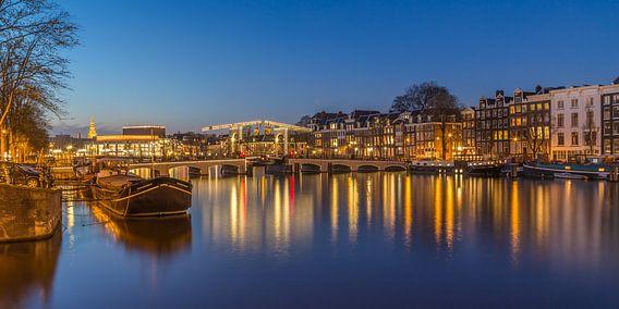 Magere Brug en de Amstel in Amsterdam in de avond - 2