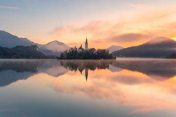 Sonnenaufgang über dem Bleder See von Simon Bregman
