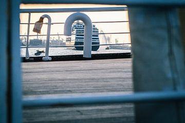 De MS Rotterdam van de Holland Amerika Lijn verlaat de haven aan de Wilhelminapier op een prachtige  van