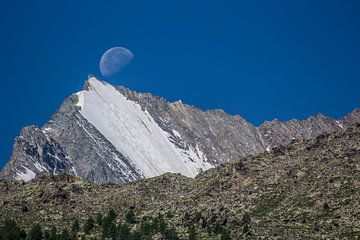Zakkende maan boven de Lenzspitse van Maarten Salverda