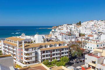 Stadt Albufeira in Portugal mit weißen Gebäuden an der Küste von Ben Schonewille