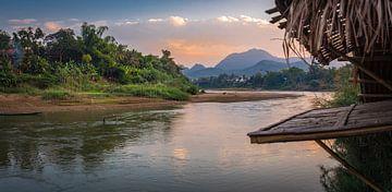 Uitzicht op de Nam Khan rivier in Luang Prabang, Laos van Rietje Bulthuis