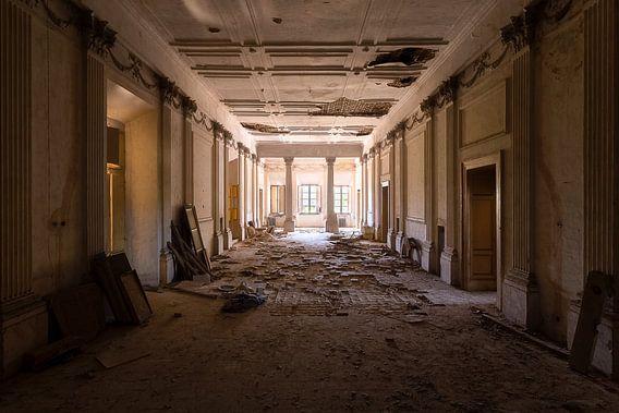 Verlaten Villa met Kapotte Vloer. van Roman Robroek