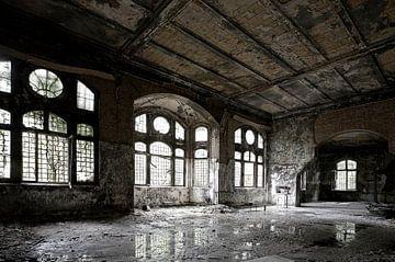 Alter Saal in einem verfallenen Gebäude von Frank Herrmann