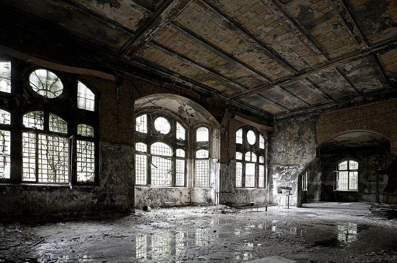 Un vieux hall dans un bâtiment délabré sur Frank Herrmann