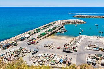 Vloot van bootjes aan kust bij Albufeira in Portugal van Ben Schonewille