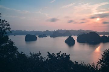 Zonsondergang boven Ha Long Bay van Hans Peter Debets