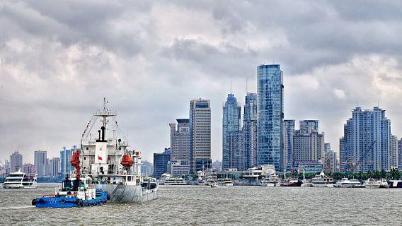 rivier met schepen en de skyline met hoogbouw, Shanghai