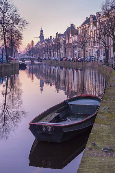 Het Rapenburg van Leiden in het ochtendlicht