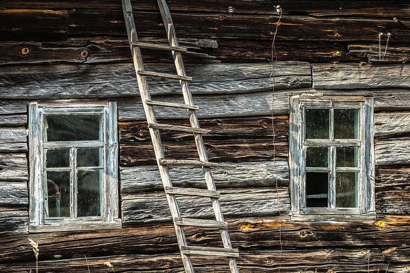 Verlaten houten huis in Belarus van Hilda Weges