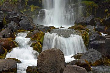 Waterval bij Thingvellir Nationalpark, long exposure foto van Jutta Klassen
