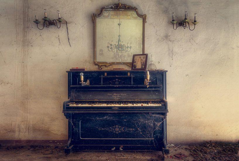 Verlassenes Klavier in der Villa von Roman Robroek