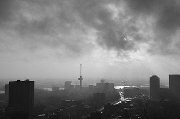 Euromast in het zwart en wit van Marcel van Duinen