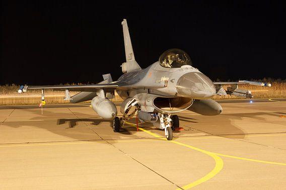 Een F-16 staat klaar voor een nachtvlucht van Arjan van de Logt