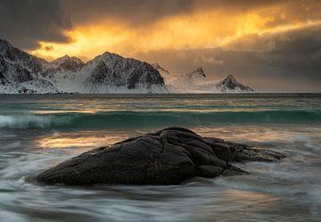 Magnifique coucher de soleil sur la plage de Haukland sur les Lofoten en Norvège sur Jos Pannekoek