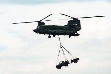 Chinook Vracht helicopter met een Jeep in de lucht van Brian Morgan