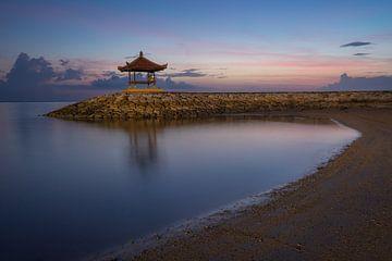 Zonsopgang op het strand bij Sanur, Bali van Anges van der Logt