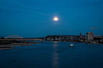 De avond valt over Nijmegen van Marcel Krijgsman