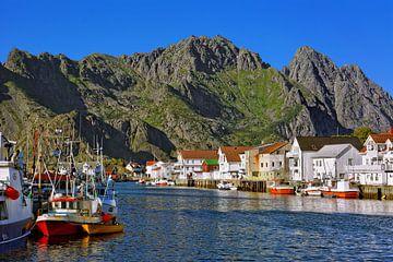 The scenic fishing village of Henningsvær  van Gisela Scheffbuch