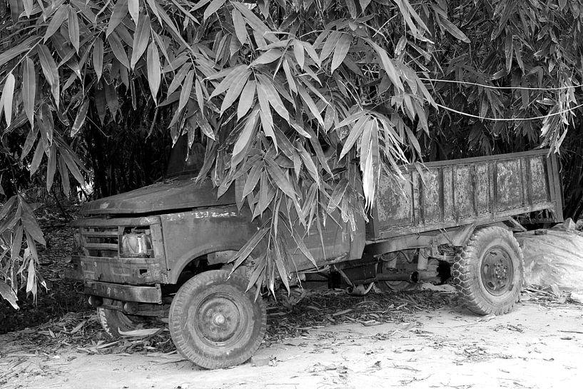 Verlaten truck van Inge Hogenbijl