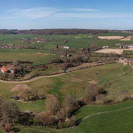 Vue aérienne de la vallée de la Geul, près d'Epen, dans le sud du Limbourg. sur John Kreukniet