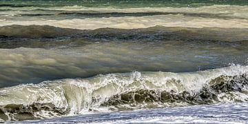 Gekleurde golven bij de Normandische krijtrotskust van
