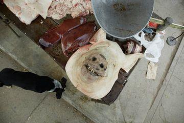 Gros plan d'un boucher dans une rue de Cuba sur Tjeerd Kruse