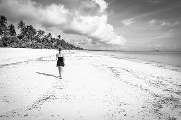 Mädchen am Strand - Schwarz-Weiß von Davy Vernaillen