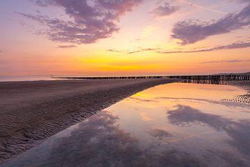 Sonnenuntergang am strand Breskens Niederlande von Peter Bolman