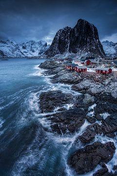 Fischerdorf in Norwegen vor imposanter Bergkulisse. von Voss Fine Art Fotografie