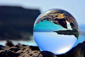 Oceaan door glazenbal van Dustin Musch