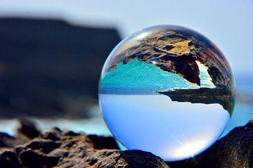 L'océan à travers une boule de verre sur Dustin Musch