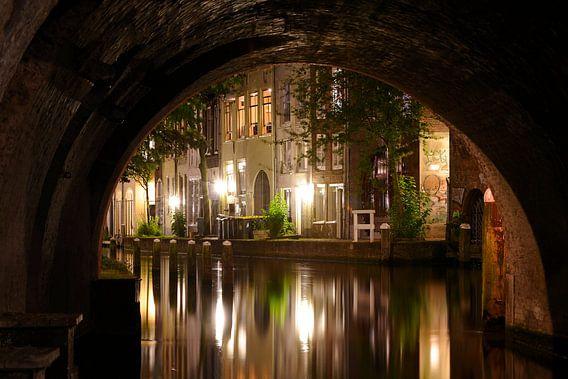 Doorkijkje onder de Maartensbrug in Utrecht van  Donker Utrecht