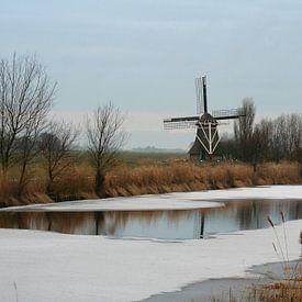 Poldermolen langs de bevroren Hallumervaart bij Hallum (Friesland) van Meindert van Dijk