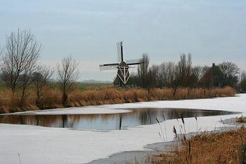 Poldermolen langs de bevroren Hallumervaart bij Hallum (Friesland) van