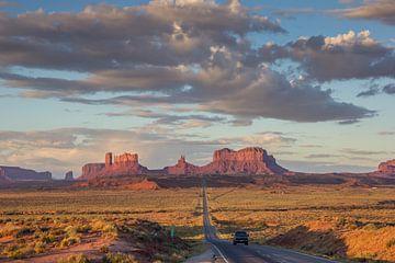 Straße durch die Landschaft des Monument Valley in Arizona, Vereinigte Staaten von Amerika von Marc Venema