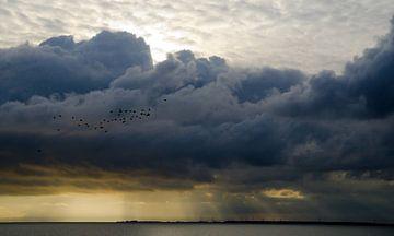 Donkere wolken pakken samen van Henk Buteijn