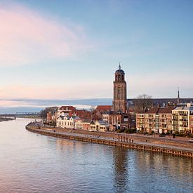Deventer entlang des Flusses IJssel kurz nach Sonnenuntergang von Cor de Hamer