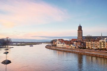 Deventer aan de IJssel net na zonsondergang van Cor de Hamer