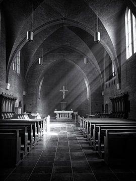 Lichtval door kerkramen van Paul Beentjes