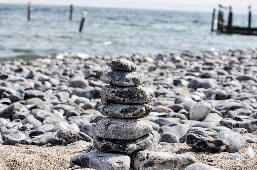 Steinturm am Naturstrand in Vitt auf Rügen von GH Foto & Artdesign